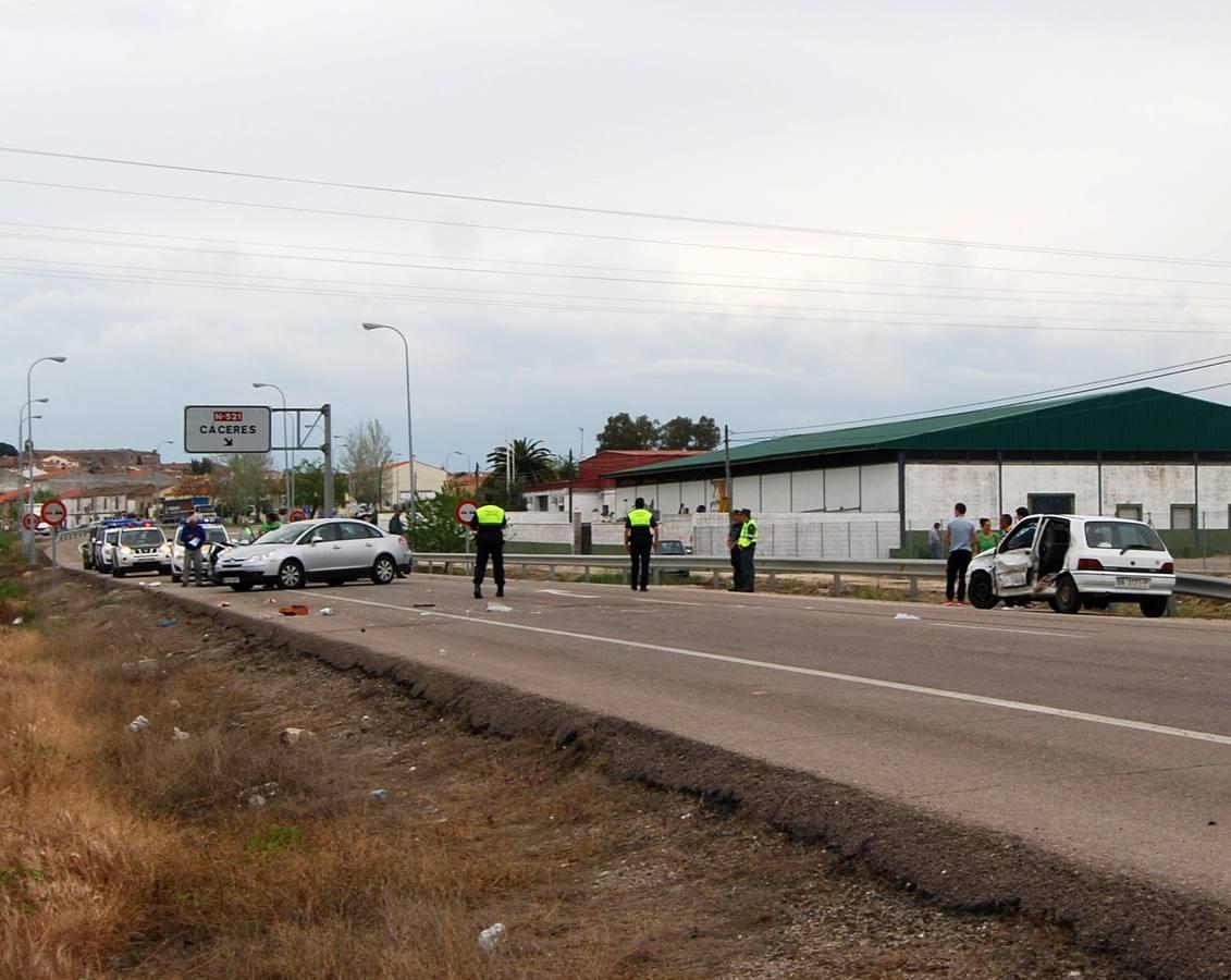 Dos heridos leves en un accidente con tres coches for Piscina climatizada navalmoral